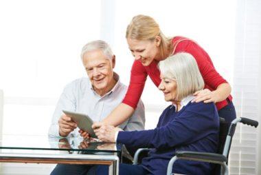 Ein Älteres Ehepaar arbeitet mit einem Tablet. Ihr Pflegedienst in Sonthofen.