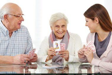 Pflegedienst Hermine aus Sonthofen, Kartenspielen Senioren.