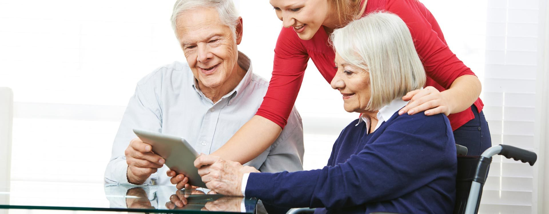 Älteres Ehepaar mit Tablet.