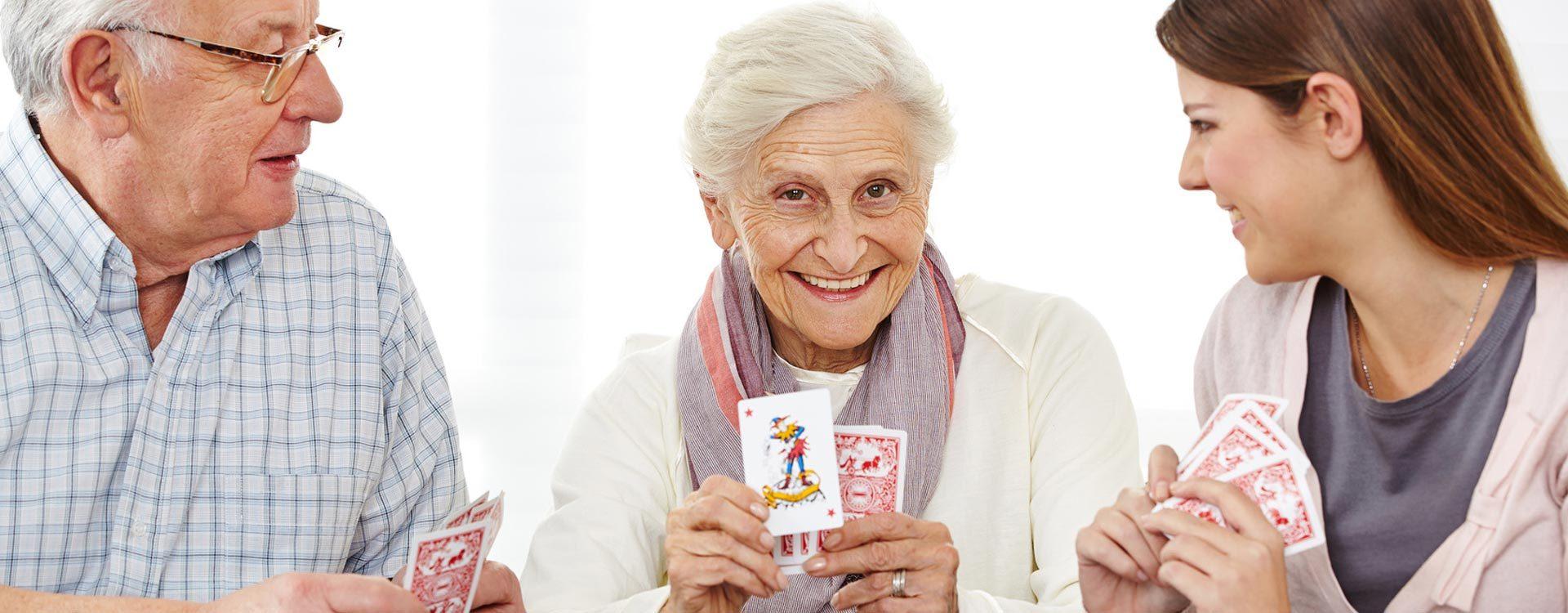 Senioren beim Kartenspielen, betreut durch den Pflegedienst Hermine.